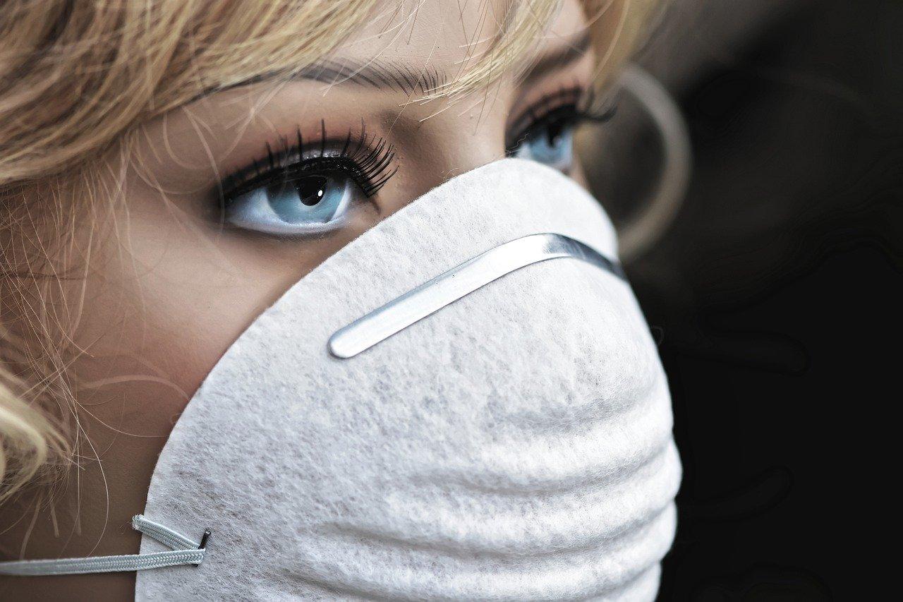 Peut-on désinfecter son masque en tissu au four ou au micro-ondes ? Selon certaines études, il serait possible de faire chauffer son masqueau four à 70 °C pendant 30 minutes. Mais cette pratique peut s'avérer dangereuse et occasionner des accidents domestiques: certains masques comportent des éléments métalliques (au niveau du nez notamment). Pour limiter les risques, il conviendrait de les suspendre à une grille en bois, loin des parois du four, précise l'école de médecine de Stanford. Une opération impossible à réaliser avec un four traditionnel.